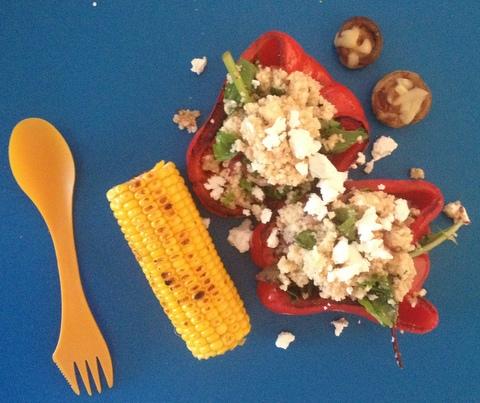 Tutaj na przykład grillowana papryka nadziewana couscous, rukolą i fetą, z kukurydzą oraz pieczarkami
