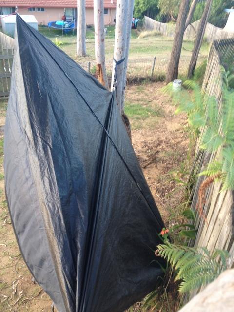 Linki hamaka utrzymują namiot w poziomie, podczas gdy jeden z pałąków służy za strop zadaszenia.