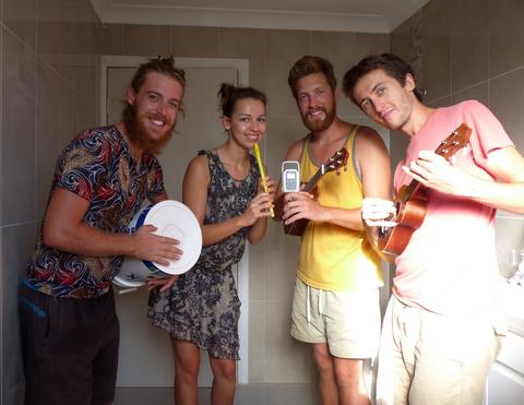 Zac i my w studiu (czyt. łazience) nagrywamy piosenkę do konkursu.