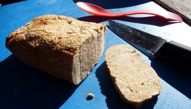 Pożywny i zdrowy chleb z ogniska. Smacznego!