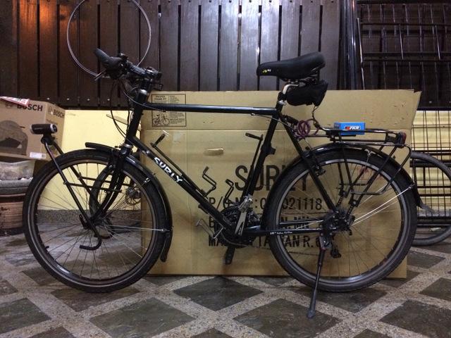 Mój rower vs standardowe pudło. Aby go spakować potrzebuję dwa pudła.