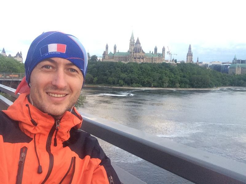 Stoję na moście łączącym miasta Ottawa i Gatineau, czyli Kanadę brytyjską i francuską. Dlatego flaga Francji. Za mną parlament.