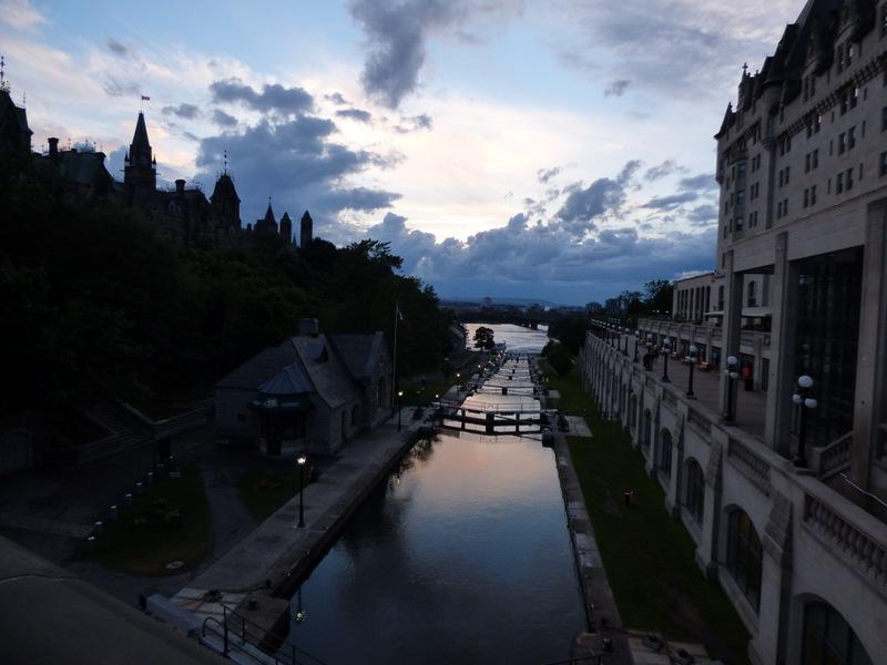 Po lewej Parliament Hill, po prawej Château Laurier, czyli hotel a la zamek z Disneya. Po środku nie mniej słynny system śluz Kanału Rideau