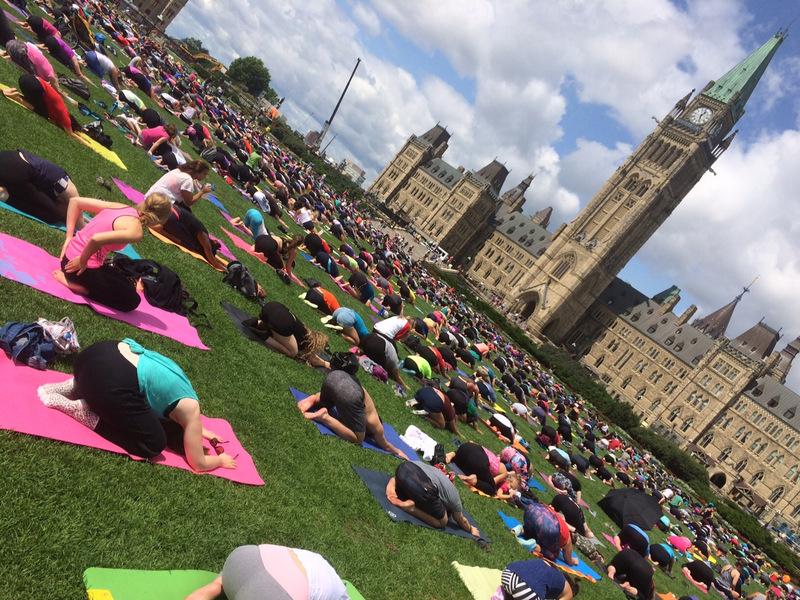 Przez całe lato w każdą środę w samo południe - Muzułmanie modlą się przed parlamentem... Żart! To yoga!!! Wspaniałe wydarzenie.