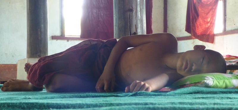 Chudy uczeń w małej pagodzie, gdzieś w okolicy Pyay. Mnisi mnie ugościli, ale policja nie pozwoliła mi tam spać.