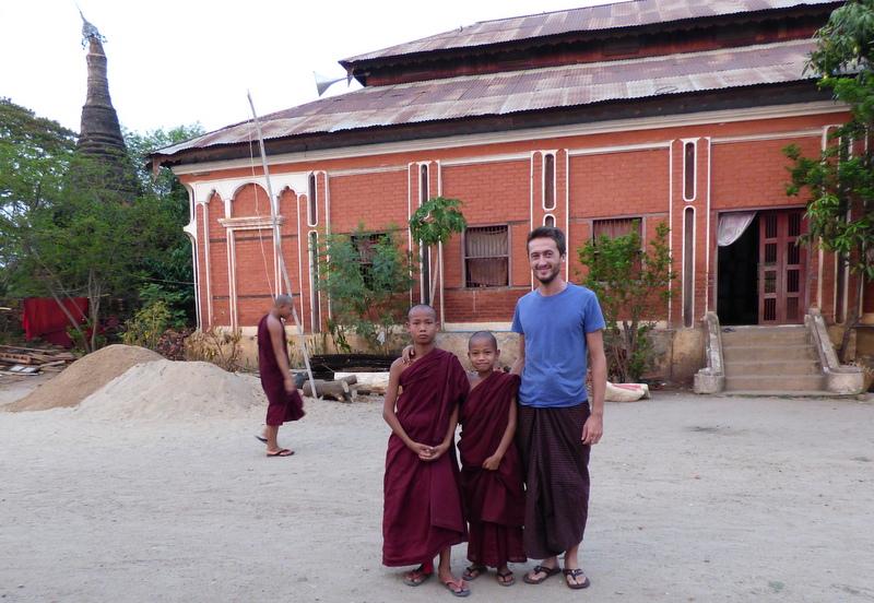 Przyszli mnisi i ja w ulubionym longyi.