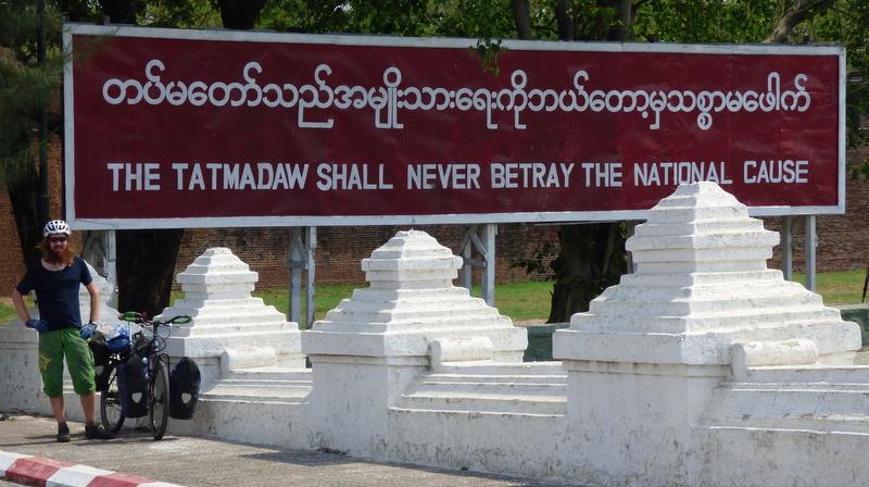 """""""My (Siły Zbrojne Mjanmy) nie powinniśmy nigdy zdradzić narodowej sprawy"""" - głosi szyld przed Pałacem Królewskim w Mandalay, Birmie. Znaczy tyle co """"Arbeit macht frei"""" w Oświęcimiu. Obok Jack, którego dziadek zginął w birmańkim więzieniu."""
