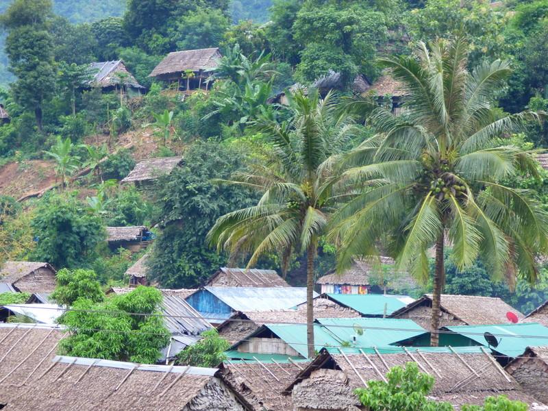 Pokryte strzechą domy w wiosce Karenów. Dystrykt Tha Song Yang.