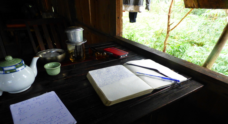 Gdy leje zbyt mocno to znaczy, że pora się zatrzymać na cà phê đen - małą czarną, serwowaną wraz z herbatą.