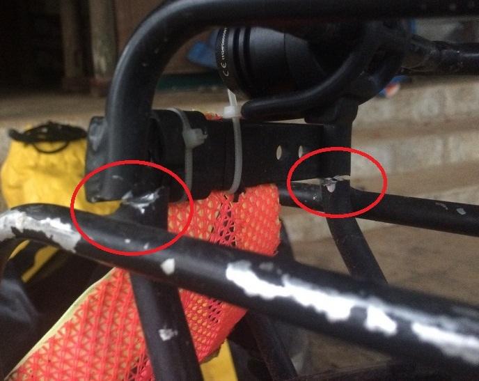 Hałas z tyłu roweru dręczył mnie już od jakiś czas. To pęknięty bagażnik. Laos dał mi i rowerowi nieźle popalić! Koła przerzutki i klocki hamulcowe też do wymiany.