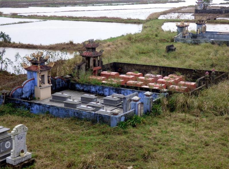 Kocham Wietnamczyków, mimo że oni nie bardzo wiedzą jak kochać i szanować naturę. Tutaj prawie każdy potrzebuje wybetonować swój własny cmentarz.