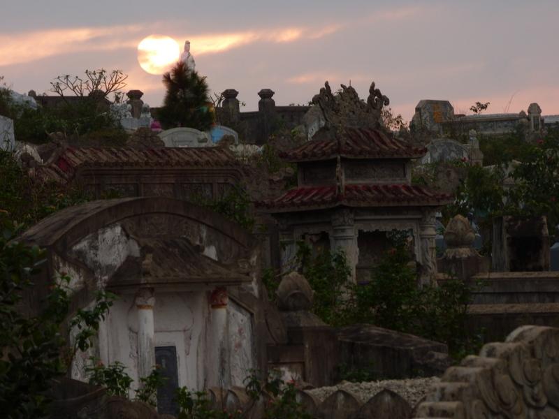 Cmentarze zajmują w Wietnamie potężne połacia lądu.