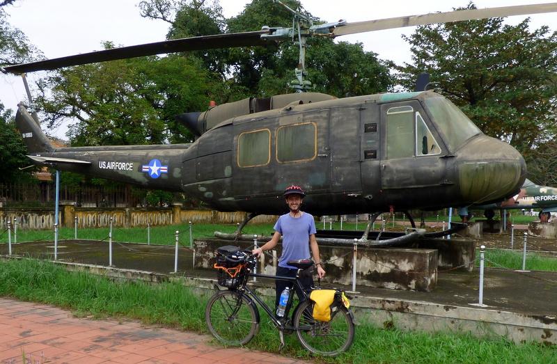 """Helikopter Bell UH-1 Iroquois, przechszczony przez amerykańskich żołnierzy na """"Huey"""". Tak więc - Huey w Hue."""