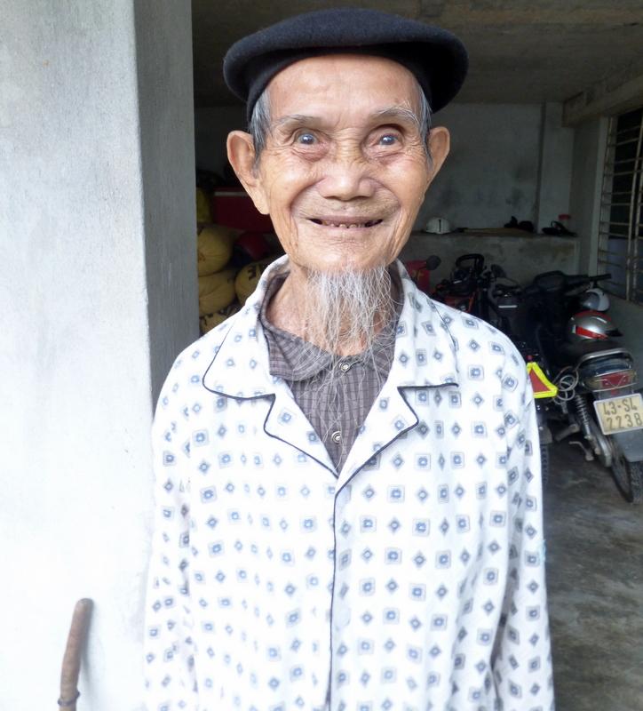 Dziadek Huya. Lat 93. Zabił paru Jankesów i został poważnie zraniony podczas bombardowania. Bomba, która go rozpruła spadła dosłownie parę metrów od domu Huya.